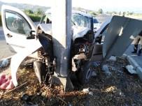 Aydın'da Kamyonet Direğe Çarptı; 2 Yaralı