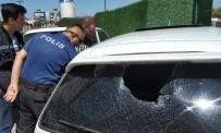 Otomobile Taşlı Saldırıda Kafasına Taş İsabet Eden Kadın Ağır Yaralandı