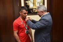 Başkan Aşgın Şampiyon Sporcuyu Altınla Ödüllendirdi