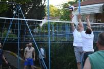BALABAN - Başkan Kocaman, Vatandaşlarla Voleybol Oynadı