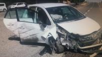 Otomobil İle Traktör Çarpıştı Açıklaması 3 Yaralı