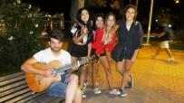 Burhaniye'de Sokak Müzisyeni İlgi Gördü