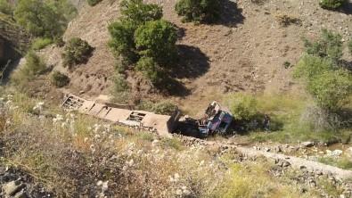 Erzincan'da Tır Şarampole Uçtu Açıklaması 1 Ölü
