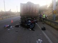 Kamyona Çarpan Motosikletli Hayatını Kaybetti