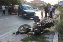 MİLLET CADDESİ - Motosiklet İle Otomobil Çarpıştı Açıklaması 2 Yaralı