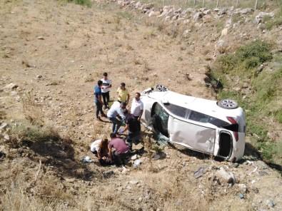 Sason'da Otomobil Şarampole Yuvarlandı Açıklaması 2 Yaralı