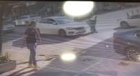 Esenyurt'ta Karşıdan Karşıya Geçen Kadına Otomobilin Çarptığı Anlar Kamerada