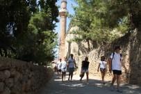 SÜLEYMANIYE CAMII - Alanya'da 788 Yıllık Tarihi Camiye Turistlerin Yoğun İlgisi