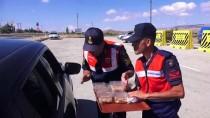 ÖMER ŞAHIN - Jandarma Ekipleri Trafikte Aşure Dağıttı