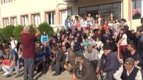 Kapatılan Okulun Açılmasını İsteyen Veliler Okulun Önünde Oturma Eylemi Yaptı