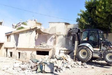 Akdeniz'de Metruk Binaların Yıkımı Sürüyor