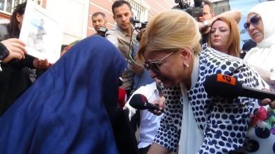 HDP Önünde Aileleri Ziyaret Eden Nevin Gökçek Gözyaşlarını Tutamadı