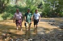 Ev Ve Arazilerine Suyun İçinde Geçerek Ulaşıyorlar