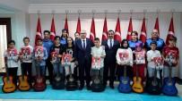 Muş'ta Gitar Kursunu Tamamlayan Öğrenciler, Sertifikalarını Vali Gündüzöz'ün Elinden Aldılar