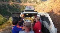 Bingöl'de Ekipler Yaralıyı Dereden Sedyeyle Taşıyarak Kurtardı