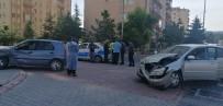 Çarpışan Otomobiller Kaldırıma Çıktı Açıklaması 2 Yaralı
