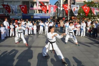 İzmit'in Merkezinde Karate Şov
