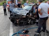 Burdur'da İki Otomobil Kafa Kafaya Çarpıştı Açıklaması 1 Ölü, 5 Yaralı