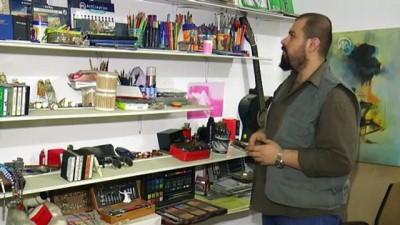 Iraklı Genç, Kaset Bantlarıyla İbrahim Tatlıses Dahil Birçok Sanatçının Portresini Yapıyor