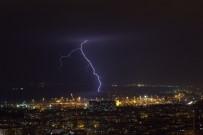 İskenderun'da Şimşekler Geceyi Gündüze Çevirdi, Yağmur Hayatı Olumsuz Etkiledi