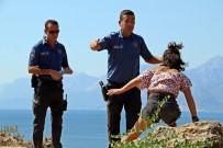 Polisin Falezlerde Alkollü Kadınla İmtihanı