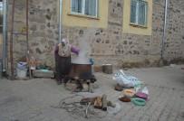 11 Çeşit Malzeme İle Yaptıkları Bir Kazan Aşureyi Tüm Köye Dağıttılar
