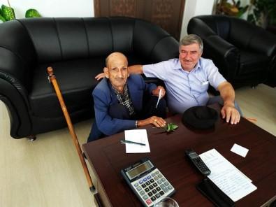 Belediye Başkanı 89 Yaşındaki Ziyaretçisini Yere Oturarak Dinledi