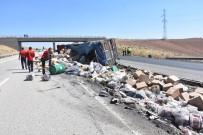 Kaza Yapan Tırın Dorsesindeki Gıda Maddeleri Yola Saçıldı