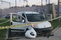Camlarında Kurşun Delikleri Bulunan Araç Kaza Yaptı Açıklaması 2 Yaralı
