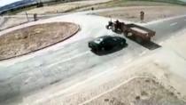 Otomobil Traktörle Çarpıştı Açıklaması 2 Ölü, 1 Yaralı