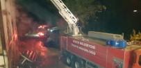 Düzce'de 3 Katlı Ahşap Bina Yandı, Söndürmeye Çalışan 2 Kişi Yaralandı