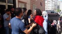 OTURMA EYLEMİ - HDP'liler İle Parti Binası Önünde Eylem Yapan Aileler Arasında Gerginlik