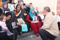 OTURMA EYLEMİ - Sanatçı Dursun Ali Erzincanlı'dan HDP Önünde Eylem Yapan Ailelere Destek Ziyareti