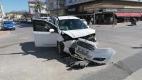 Ticari Araçlar Kavşakta Çarpıştı Açıklaması 1 Yaralı