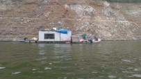 Jandarmayı Şok Eden Operasyon...Barajın İçine Yüzer 3 Ahşap Ev Kurmuşlar, Alem Yapmışlar