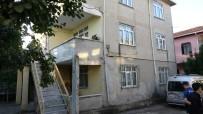 Sancaktepe'de Çatlaklar Oluşan 2 Katlı Bina Boşaltıldı