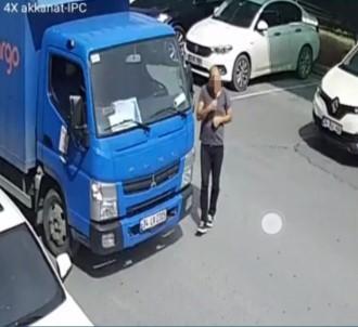 Telefonla Konuşur Gibi Yapıp Araçtan Hırsızlık Yaptı