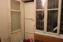 Kapısı Ve Penceresi Kırık Evde Yaşama Tutunmaya Çalışıyor