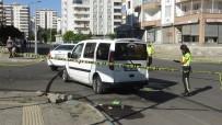 GAZİ YAŞARGİL - Diyarbakır'da Trafik Kazası Açıklaması 2 Yaralı