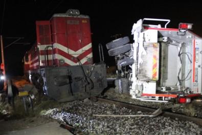 Lokomotif Çöp Kamyonuna Çarptı Açıklaması 3 Yaralı