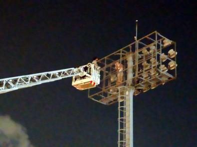 Stadın aydınlatma direğinde intihar girişimi