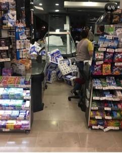 3 yaşındaki çocuğun çalıştırdığı araç markete daldı