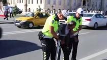 Engelli Vatandaşa Polislerden Yardım Eli
