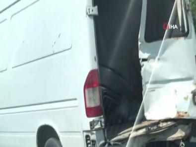 Kapısı Olmayan Minibüsün Kasasında Tehlikeli Yolculuk Kamerada