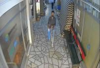 Camiye Giren Şahıs Abdest Alıp, Namaz Kıldı Çıkışta Laptop Çaldı