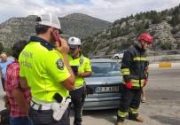 Otomobil Bariyerlere Çarptı Açıklaması 5 Yaralı