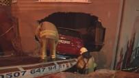 (Özel) Kontrolden Çıkan Otomobil, İki Araca Çarptıktan Sonra Eve Daldı