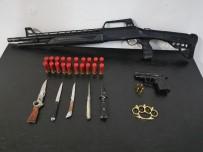 Şüpheli Otomobilden Silah Ve Bıçaklar Çıktı