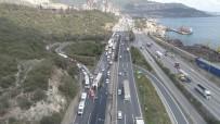 TEM'de tır devrildi, trafik kilitlendi