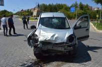 Hafif Ticari Araç İle Kamyonet Çarpıştı Açıklaması 5 Yaralı